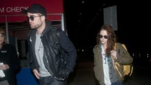"""Robert Pattinson und Kristen Stewart am JFK-Flughafen in New York, 2012, """"Twilight"""""""