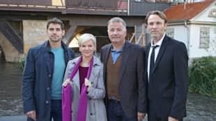 """Die """"In aller Freundschaft""""-Stars gedenken einer verstorbenen Kollegin. Im Bild: (von links) Roy Peter Link, Andrea Kathrin Loewig, Thomas Rühmann und Bernhard Bettermann"""