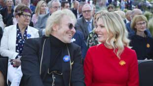 Ganz verliebt: Thomas Gottschalk und seine neue Freundin Karina Mroß gaben im Europapark ihr Debüt