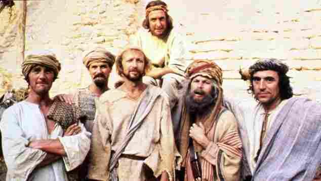 """Die """"Monty Python""""-Truppe um Eric Idle (hinten) am Set von """"Das Leben des Brian"""""""