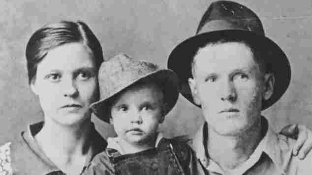 Elvis Presley mit seinen Eltern (1937)