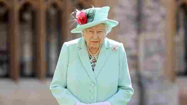 Königin Elizabeth II. In Windsor Castle für die Ritterschaft von Kapitän Tom Moore, 17. Juli 2020.
