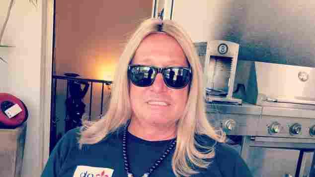 Robert Geiss zeigt sich mit langen blonden Haaren