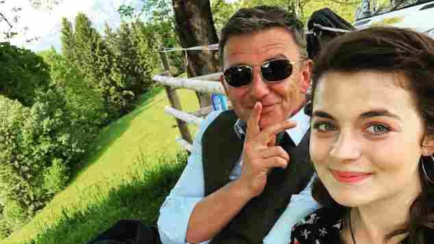 """Hans Sigl und Ronja Forcher bei den Dreharbeiten zu """"Der Bergdoktor"""""""