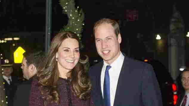 Herzogin Kate in einem Mantel von Seraphine mit Prinz William 2014