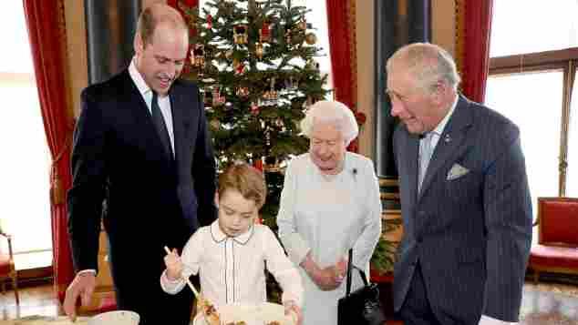 Prinz William, Prinz George, Königin Elisabeth II. und Prinz Charles bereiten im Buckingham Palace Christmas Pudding zu 2019