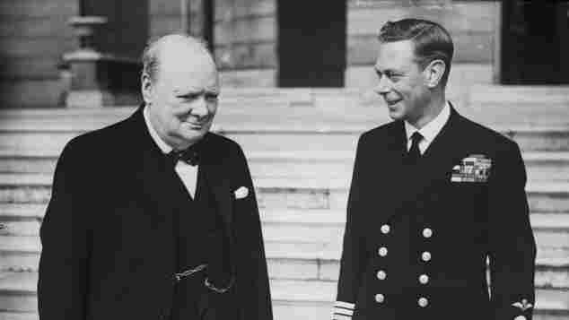 Winston Churchill und König George VI. 1942 vor dem Buckingsham Palace