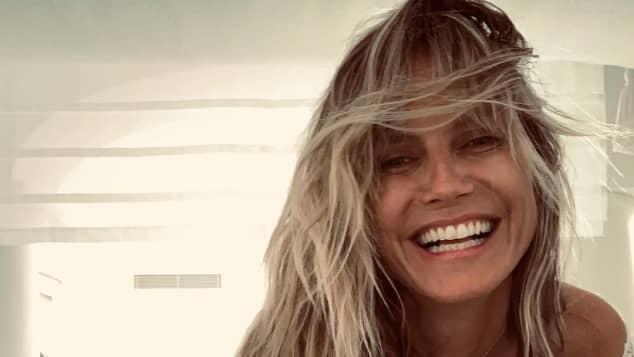 Heidi Klum posiert vor Tom Kaulitz in einem Bikini