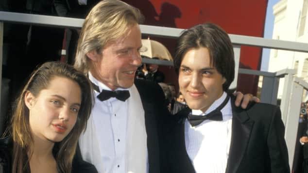 Angelina Jolie besuchte zusammen mit ihrem Papa Jon Voight und Bruder James die 1988 die Oscars