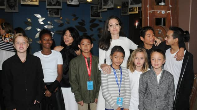 Angelina Jolie mit ihren Kindern Shiloh Jolie-Pitt, Zahara Jolie-Pitt, Peter Sellars, executive producer and screenwriter Loung Ung, actor Kimhak Mun, Chief Content Officer for Netflix Ted Sarandos, actress Sareum Srey Moch, director Angelina Jolie, Vivienne Jolie-Pitt, Pax Jolie-Pitt, Knox Jolie-Pitt and executive producer Maddox Jolie-Pitt