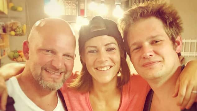 Alina ist froh wieder mit Joe und Ole vereint zusein