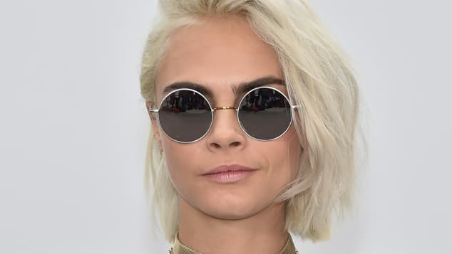 Model Cara Delevingne zeigt auf der Fashion Week in Paris ihren coolen neuen Look
