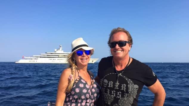 Carmen Geiss und Robert Geiss vor der Yacht von Abramowitsch