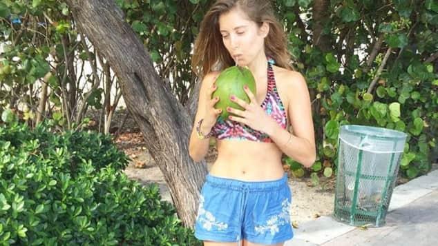 Cathy Hummels schwanger Bikini Kokosnuss Urlaub