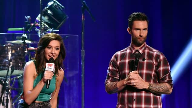 Adam Levine und Christina Grimmie bei einem Konzert