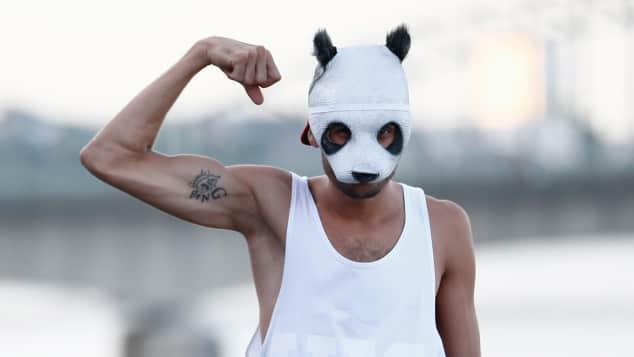 Cros Markenzeichen ist seine berühmte Panda-Maske