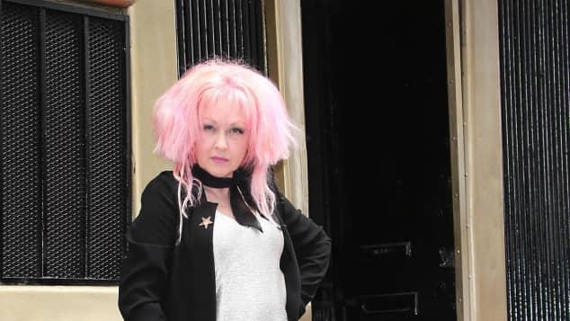 """Sängerin Cyndi Lauper bei ihrer Ehrung auf dem """"Walk of Fame"""" im April 2016"""