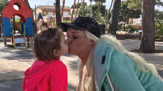 Daniela Katzenberger drückt ihrer Tochter Sophia einen dicken Schmatzer auf