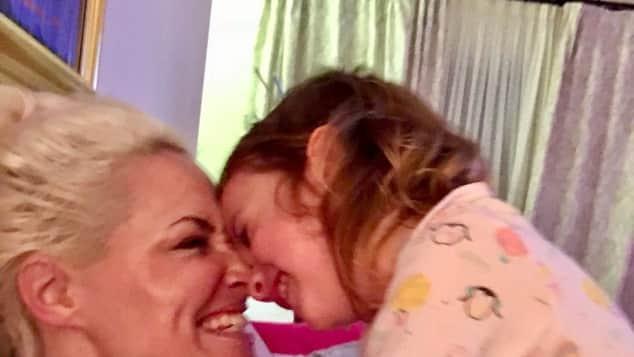 Daniela Katzenberger kuschelt mit ihrer Tochter Sophia