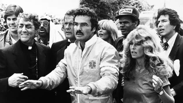 """Dean Martin, Roger Moore, Burt Reynolds und Farrah Fawcett in """"Auf dem Highway ist die Hölle los"""""""