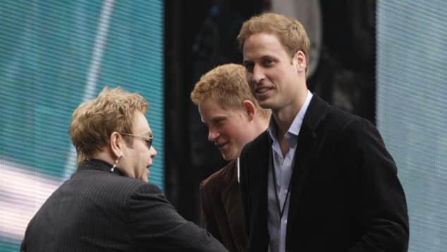 Elton John, Prinz Harry und Prinz William bei einer Gedenkveranstaltung für Lady Diana