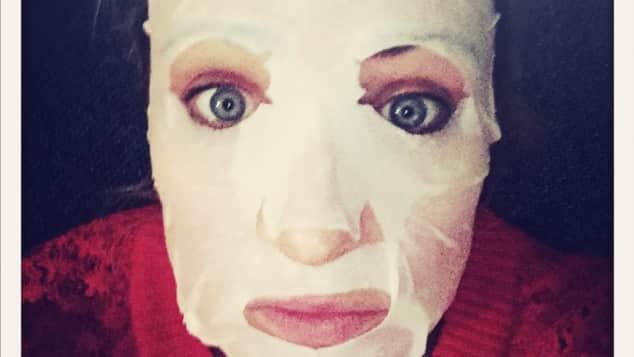 GZSZ Schauspielerin Eva Mona Rodekirchen mit Gesichtsmaske