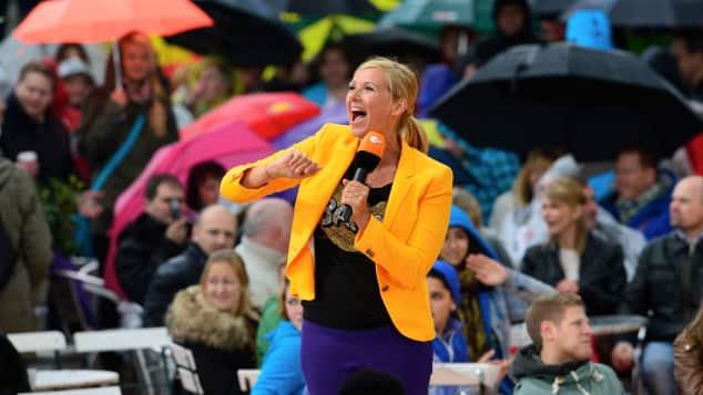 """Andrea Kiewel moderiert auch den """"Fernsehgarten"""" 2018"""