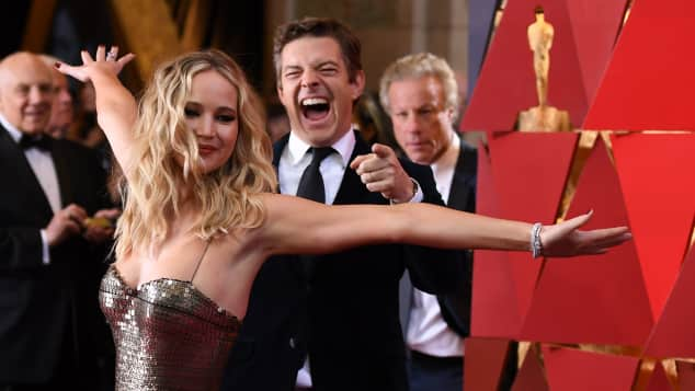 Jennifer Lawrence, Jennifer Lawrence bei den Oscars, Jennifer Lawrence bei den Oscars 2018, Jennifer Lawrence auf dem roten Teppich, Jennifer Lawrence lustige Posen, Jennifer Lawrence Posen bei den Oscars, Jennifer Lawrence lustig bei den Oscars