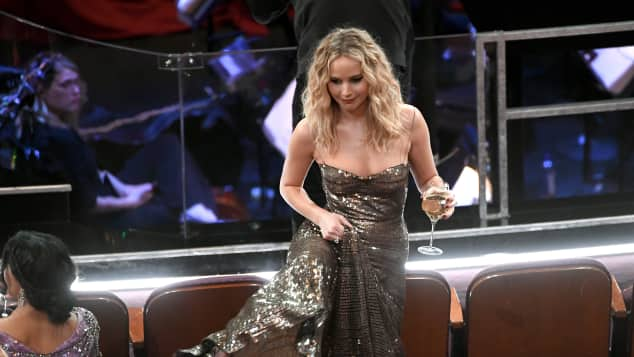Jennifer Lawrence bei den Oscars, Jennifer Lawrence, Jennifer Lawrence bei den Oscars 2018, Jennifer Lawrence Oscars 2018, Jennifer Lawrence mit Weinglas, Jennifer Lawrence steig über Stühle, Jennifer Lawrence klettert über die Sitzreihen