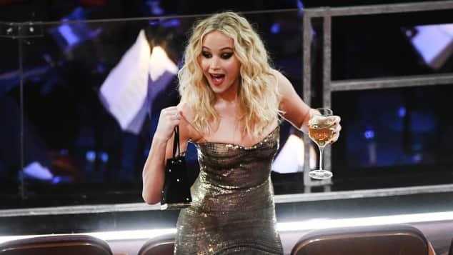 Jennifer Lawrence bei den Oscars, Jennifer Lawrence, Jennifer Lawrence bei den Oscars 2018, Jennifer Lawrence Oscars 2018, Jennifer Lawrence mit Weinglas, Jennifer Lawrence steig über Stühle, Jennifer Lawrence klettert über die Sitzreihen