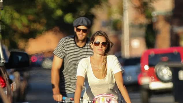 Model Gisele Bündchen fährt Fahrrad