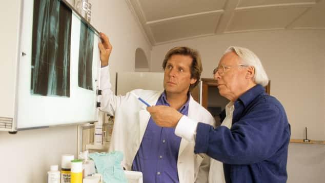 """Hans Caninenberg spielte die Rolle des """"Dr. Eberhard Frank"""" in der Serie """"Dr. Frank - Der Arzt, dem die Frauen vertrauen"""""""