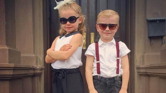 Harper Grace und Gideon Scott Burtka-Harris an ihrem ersten Schultag