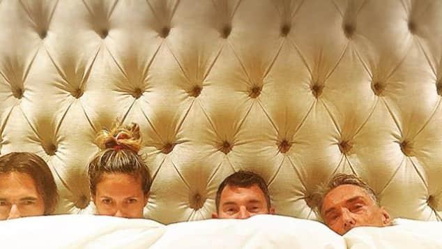 Heidi Klum stellt Foto mit Thomas Hayo, Michael Michalsky und Wolfgang Joop nach