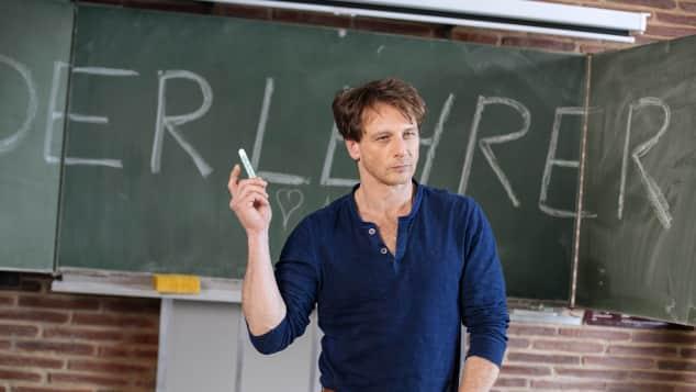 """Hendrik Duryn in seiner Rolle des """"Stefan Vollmer"""" in der Comedy-Serie """"Der Lehrer"""""""