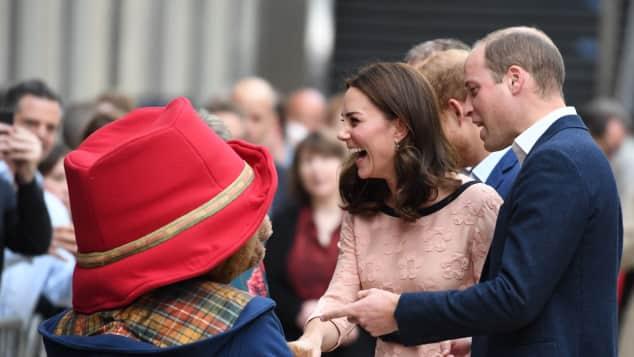 Herzogin Catherine und Prinz William bei einer Wohltätigkeitsveranstaltung mit dem Paddington-Bär in London