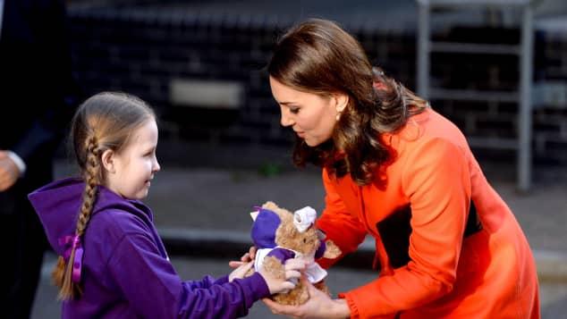 Herzogin Kate und bekommt von Patientin Ava Watt zwei Teddybären geschenkt