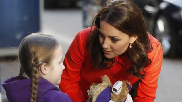 Herzogin Kate besucht ein Krankenhaus in London, Kate Middleton, kein Verlobungsring