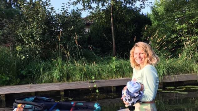 Janni Hönscheid mit Baby auf dem Surfbrett