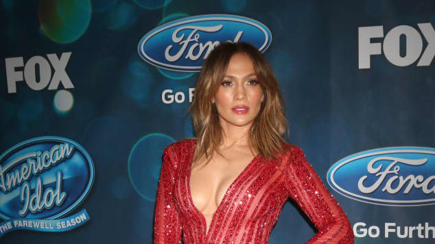Jennifer Lopez sexy im roten Jumpsuit