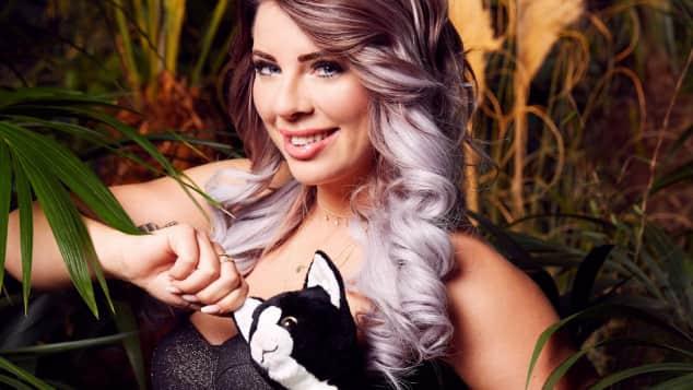 """""""Dschungelcamp""""-Kandidatin Jenny Frankhauser mit Plüschkatze-zugeschnitten"""