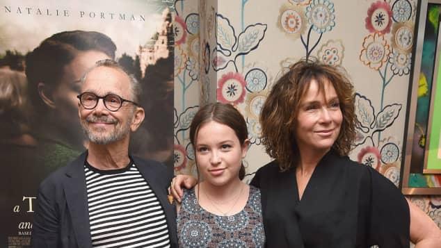 """Joel Grey, Töchterchen Stella Gregg und """"Dirty Dancing""""-Star Jennifer Grey bei einer Premiere"""