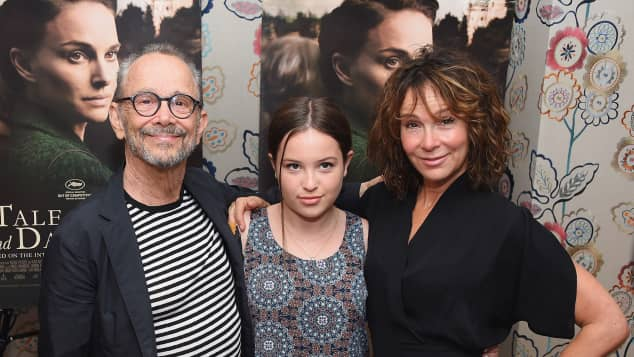 Stella Gregg gemeinsam mit ihrer Mutter Jennifer Grey und Großvater Joel Grey