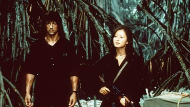 """Julia Nickson und Sylvester Stallone in """"Rambo II - Der Auftrag"""""""