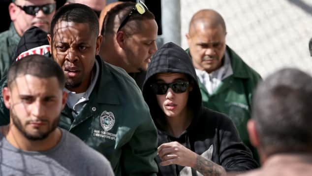Justin Bieber mit einer Horde an Paparazzi