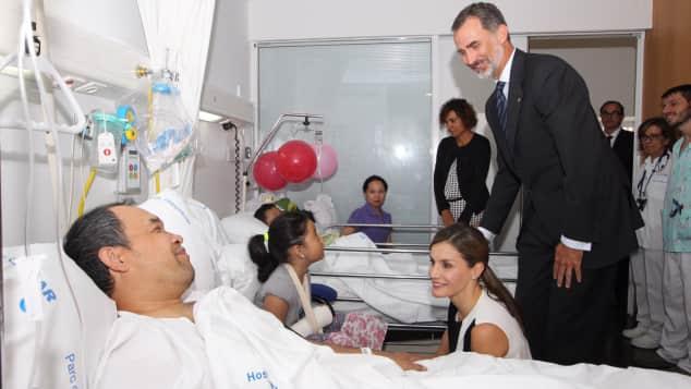 König Felipe und Königin Letizia von Spanien besuchen die Opfer des Terroranschlags in Barcelona