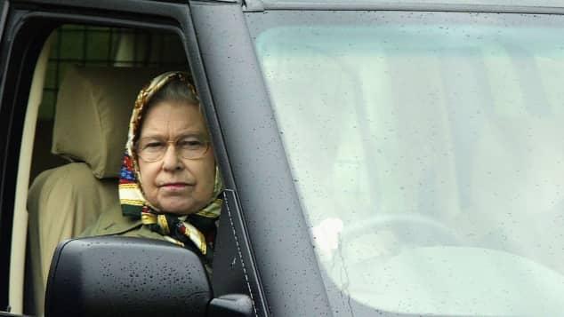Königin Elisabeth II. setzt sich am liebsten selbst hinters Steuer, obwohl sie keinen Führerschein hat