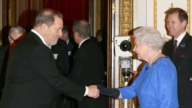 Königin Elisabeth und Harvey Weinstein bei einem Empfang im Buckingham Palast 2014