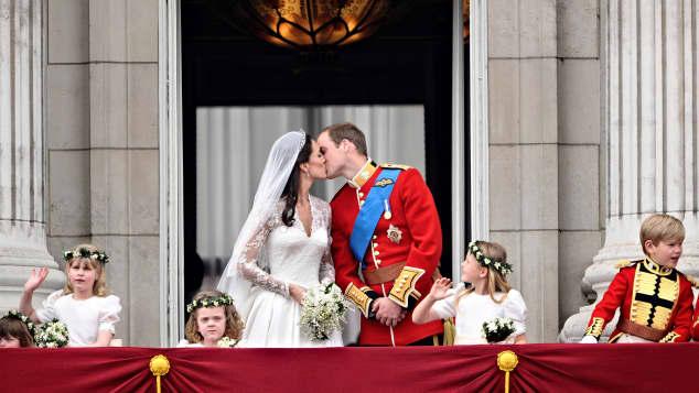 Kate Middletons und Prinz Williams romantischer Hochzeitkuss