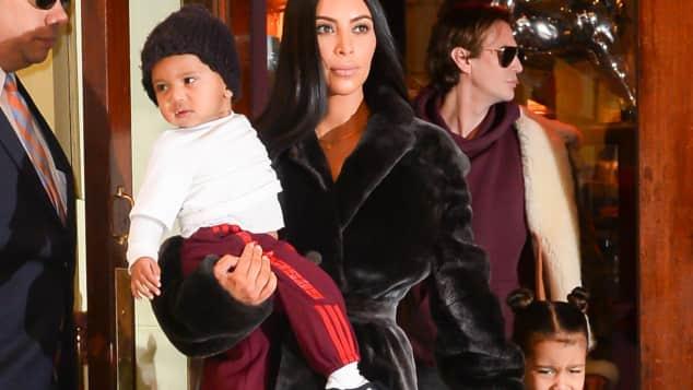 Kim Kardashian mit ihren Kinder Saint und North West